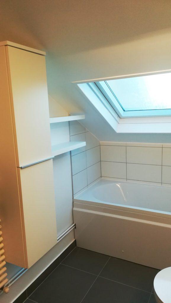 Salle de bains à Reims, colonne et étagère